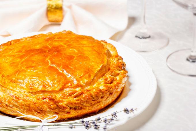 Дрожжевой пирог с рыбными консервами
