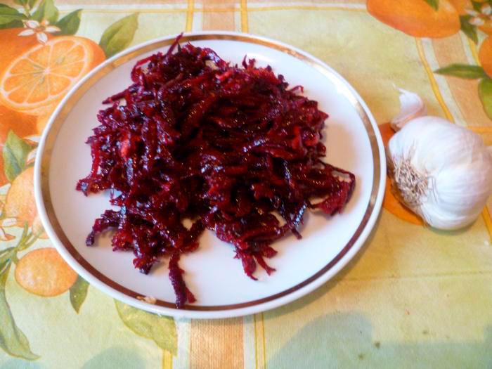 Свекальный салат с чесноком