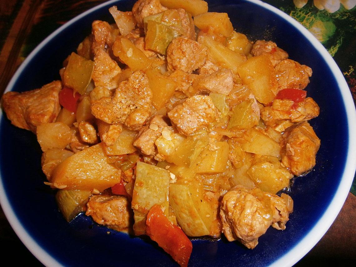 Овощное рагу с картошкой, кабачками и свининой