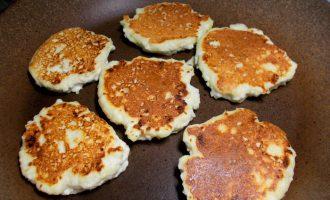 Рецепт диетических сырников из творога на сковороде